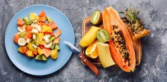 Kom gezonde verse fruitsalade stock foto's