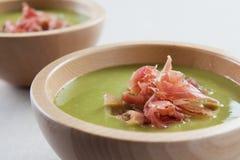 Kom groentesoep met ham Stock Foto