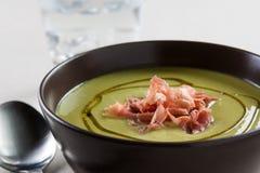 Kom groentesoep met ham Stock Afbeeldingen