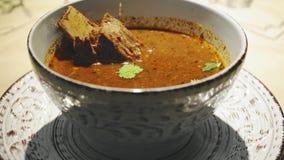 Kom Hete Georgische Soep Kharcho met Vlees in restaurant stock videobeelden