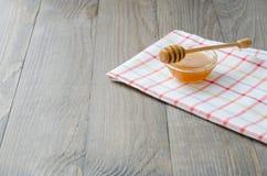 Kom honing met honingsstok stock foto's