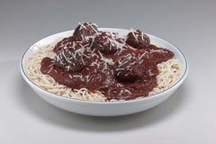 Kom Italiaanse deegwaren en saus met vleesballetjes Stock Fotografie