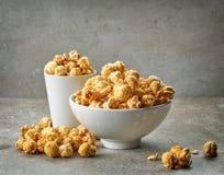 Kom karamelpopcorn Royalty-vrije Stock Fotografie