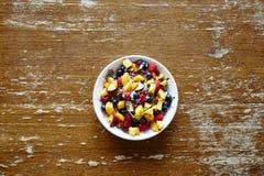 Kom kleurrijk gezond graangewas met fruit op uitstekende lijst Royalty-vrije Stock Afbeelding