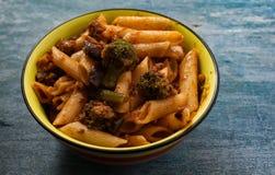 Kom macaroni en broccoli royalty-vrije stock foto