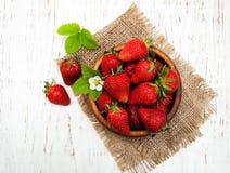 Kom met aardbeien Royalty-vrije Stock Afbeeldingen