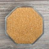 Kom met bruine gekorrelde suiker Stock Fotografie