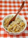 Kom met Chinese rijst op een lijst Stock Foto