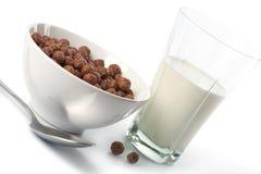 Kom met chocoladeballen en glas melk Stock Afbeeldingen