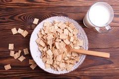 Kom met cornflakes en glas melk stock fotografie