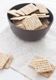 Kom met crackers Stock Afbeeldingen