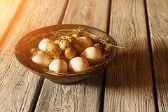 Kom met eieren en stro Royalty-vrije Stock Afbeelding