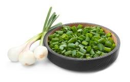 Kom met gehakte groene ui en stammen Stock Afbeelding