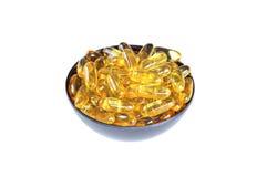 Kom met Omega 3 (vistraan) pillen, op witte achtergrond Stock Foto's