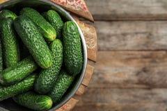 Kom met rijpe verse komkommers Royalty-vrije Stock Foto's