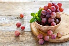 Kom met roze druiven Royalty-vrije Stock Afbeelding