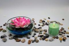 Kom met roze lelie royalty-vrije stock afbeeldingen
