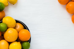 Kom met verschillende types van gehele citrusvruchten: sinaasappelen, grapefruits, kalk en citroenen, met copyspace Royalty-vrije Stock Foto