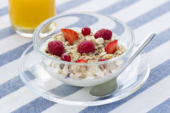 Kom muesli en Vers jus d'orange Stock Foto's
