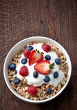Kom muesli en yoghurt Royalty-vrije Stock Foto's