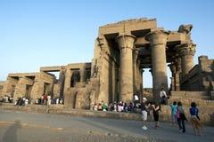 Туристы толпятся вокруг руин виска Kom Ombo на реке Ниле в Египте в позднем вечере Стоковые Изображения