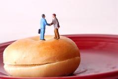 Kom over een Ongezuurd broodje samen Stock Foto