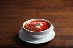 Kom rode bietensoep op witte plaat Stock Afbeeldingen