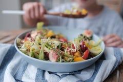 Kom salade, het grote jongen eten royalty-vrije stock foto's
