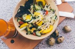 Kom salade met sap Stock Afbeelding