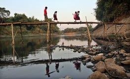 Kom school, aantal studenten die de de rivierrivier van de bamboebrug solo in de ochtend kruisen, Royalty-vrije Stock Foto's