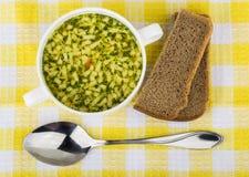 Kom soep met deegwaren, brood Hoogste mening Royalty-vrije Stock Fotografie