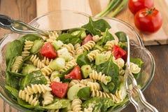 Kom spinazie en rotinideegwarensalade Stock Fotografie