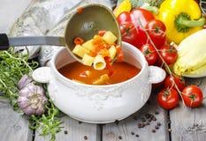 Kom tomatensoep op houten lijst Stock Fotografie