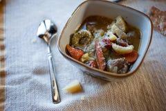 Kom Tortellini-Worstsoep met Kaas Stock Foto's