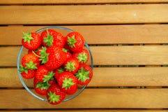 Kom van aardbeien op houten achtergrond Royalty-vrije Stock Foto