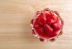 Kom van aardbeien op houten lijst Royalty-vrije Stock Afbeeldingen