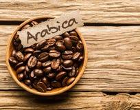 Kom van Arabica koffiebonen Stock Foto's