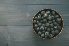 Kom van bosbessen op houten lijst met exemplaarruimte Royalty-vrije Stock Foto's