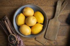 Kom van citroenen stock foto's