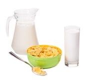 Kom van cornflake en melkfles Stock Foto's