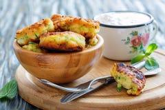 Kom van courgettefritters voor ontbijt Stock Afbeeldingen