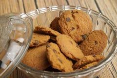 Kom van de koekjes van chocospaanders stock afbeeldingen