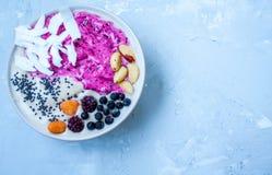 Kom van de ontbijt de purpere bes smoothie royalty-vrije stock foto