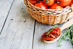 Kom van in de zon gedroogde tomaten op houten achtergrond In de zon gedroogde tomat Stock Afbeelding