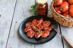 Kom van in de zon gedroogde tomaten op houten achtergrond In de zon gedroogde tomat Stock Fotografie
