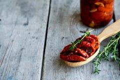 Kom van in de zon gedroogde tomaten op houten achtergrond In de zon gedroogde tomat Royalty-vrije Stock Foto