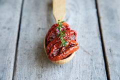 Kom van in de zon gedroogde tomaten op houten achtergrond In de zon gedroogde tomat Royalty-vrije Stock Foto's
