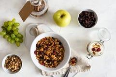 Kom van eigengemaakte granola met noten en vruchten op witte linnenachtergrond Hoogste mening Gezond ontbijt, het op dieet zijn,  stock foto's
