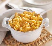 Kom van gebakken macaroni en kaas Royalty-vrije Stock Foto's