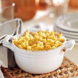 Kom van gebakken macaroni en kaas Stock Foto